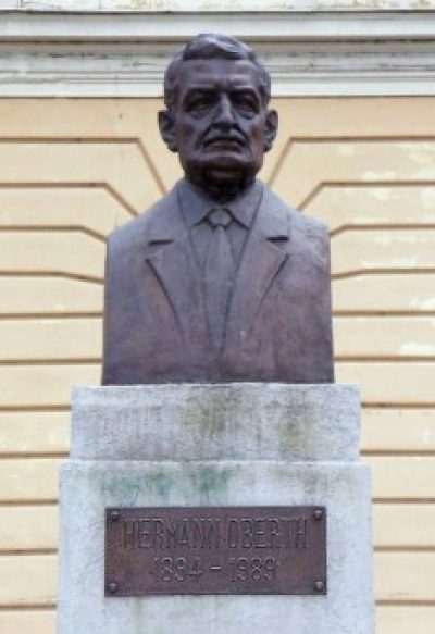 (cod 4325) Statuia lui Herman Oberth de pe Bulevardul Victoriei