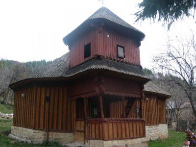 """(cod 3681) Biserica de lemn """"Sfântul Nicolae"""" sat Prisaca"""